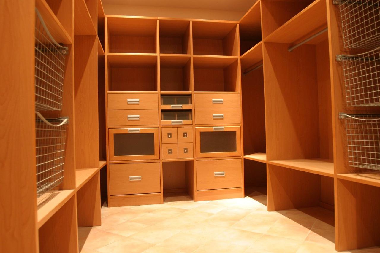 Гардеробные комнаты: роскошь или необходимость?